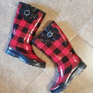 Cute plaid rainboots!